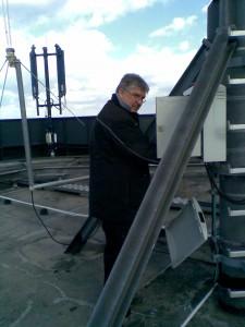 WLL-Team-Kollege Axel Harbach bei der Arbeit auf dem Dach