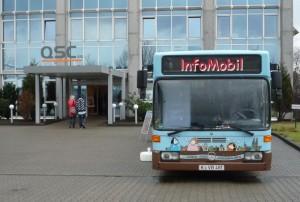 Speed Day: KVB-Bus vor dem Portal der QSC AG