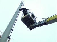 Vodafone-Baustelle Düsseldorf: Mit Hilfe eines Krans wurde der 15 Meter hohe Stahlmast aufgerichtet und ein 200 Meter langes Kabel zu den Baucontainern verlegt.