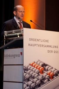 QSC-Chef Dr. Bernd Schlobohm am Rednerpult der Hauptversammlung.