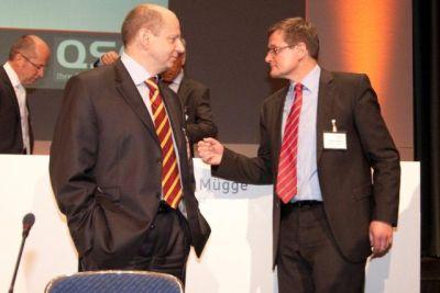 QSC-Finanzvorstand Jürgen Hermann (re.) im Gespräch mit Dr. Bernd Schlobohm.