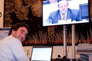 Arne Thull, Leiter Investor Relations von QSC, verfolgt die Hauptversammlung im Backoffice.
