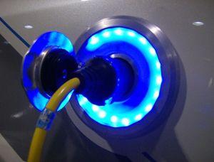 Autofahren mit Strom: Betanken eines Elektrofahrzeugs.