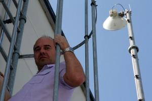 IT-Leiter Carsten Hirschel am QSC-WLL-Mast