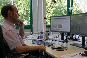 IT-Leiter Carsten Hirschen an seinem Arbeitsplatz