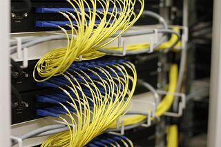 Glasfasern sind wichtig für den Breitbandausbau. Die QSC AG unterstützt mit ihrer Open-Access-Plattform die Zusammenarbeit von Internet-Service-Providern und Glasfaserbetreibern. Foto: QSC AG.
