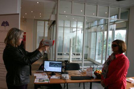 Augenmessung im Foyer der QSC-Zentrale in Köln.