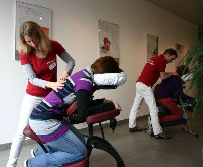 """Im Foyer der Firmenzentrale in Köln konnten sich QSC-Mitarbeiterinnen und -Mitarbeiter bei Rückenmassagen entspannen. Angeboten wurden sie am Gesundheitstag vom mobilien Massageservice """"well balanced"""" in Zusammenarbeit mit der BARMER GEK."""