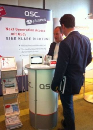 QSC-Stand auf der BREKO Breitband-Messe im April in Frankfurt. Im Hintergrund QSC-Vertriebsleiter Bert Wilden.