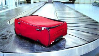 Koffer Gepäck vergessen auf Transportband - Lost Luggage. Fotolia