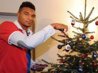 Jonathan Tah schmückt bei QSC einen Wunschweihnachtsbaum