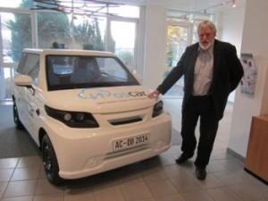 Ulrich Hacker, Leiter des Bereichs Smart Utility & Energy Services mit Oscar, einem Elektromobil mit einer intelligenten Energiesteuerung.