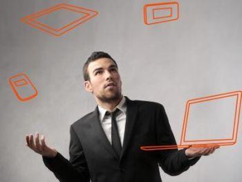Wer beruflich viel unterwegs ist, jongliert mit verschiedenen mobilen Helfern. Für ihre Arbeitgeber stellt dies eine Herausforderung dar, für die Industrie eröffnen sich neue Geschäftsmodelle.