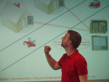 Daniel Huben erläuterte den Besucherinnen in Köln, welche Technik das Internet in die Häuser bringt.