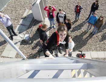 Mädchen auf Erkundungstour: Die QSC AG bot ihren Girls'-Day-Teilnehmerinnen ein vielseitiges Programm aus Führungen, Vorträgen und praktische Übungen. Im Foto: Die Hamburger Besucherinnen legten im Stadtpark der Hansestadt ein Pause ein.