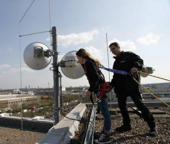 Auf dem Dach der QSC-Firmenzentrale in Köln: Ganz schön steil hier!