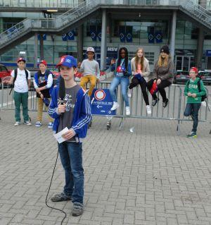 Die kleinen SportXperten vor der Imtech-Arena in Hamburg: Im Vordergrund Jonte Pfeiffer, dessen Mutter bei QSC arbeitet.