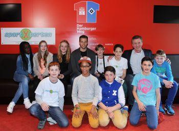 Fototermin: Die SportXperten mit den HSV-Stars Dennis Diekmeier (hinten links) und Ditmar Jakobs.