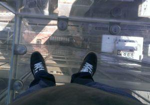 """Blick vom 103. Stock des """"Willis Tower"""" durch einen Glasboden auf die Straße - 412 Meter tief. Foto: Tim Konopka / QSC AG."""
