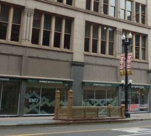 Die Robert Morris University (RMU) steht sehr unscheinbar im Herzen Chicagos. Zu erkennen eigentlich nur an der Beschriftung an er Glasfront im Erdgeschoss. Foto: Marten Budwasch.