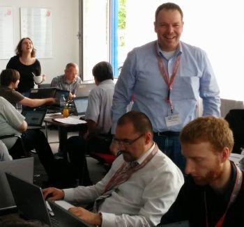 Programmieren verbunden mit Networking kann auch Spaß machen. Foto: Mark Teichmann / QSC AG.