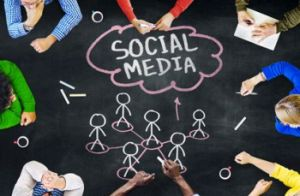 Group of People Discussing About Social Media. Foto: © Rawpixel - Fotolia.com.