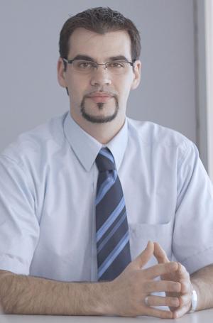 """""""Mit ihren vielfältigen und fortschrittlichen Access-Lösungen und WLL- Richtfunkverbindungen bietet uns QSC hochwertige Technologien, die wir veredeln und in die vorhandene IT-Welt unserer Kunden optimal integrieren können."""" Danny Sternol verantwortet bei der KAMP Netzwerkdienste GmbH das Marketing."""