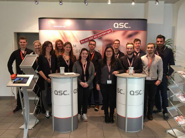 Orga-Team: Den Speed Day zu organisieren, gehört bei QSC in Köln zu den Aufgaben des zweiten Azubi-Jahrgangs. Einige Kolleginnen und Kollegen aus anderen Jahrgängen halfen ebenfalls gerne mit. Zum Vergrößern bitte Bild anklicken. Foto: Jasin Berndt / QSC AG.