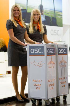 QSC auf der E-world: Der Messestand war schon 2014 im Flughafen-Look gestaltet – und fand großen Anklang bei den Besuchern.