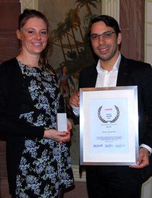 Sabrina Papp, Head of Business Development von FTAPI und Philippe Souidi, Head of Marketing von FTAPI nahmen die Auszeichnung im Namen der QSC AG entgegen. Foto: Experton Group.