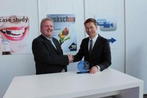 Thomas Surwald (r.), Geschäftsführer der Q-loud GmbH, nimmt die Auszeichnung für die Katerogie M2M von Funkschau Chefredakteur Ralf Ladner entgegen. Bild: Funkschau