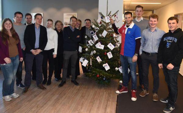 Dennis Diekmeier (HSV) mit Mitarbeitern Fussball Hamburger SV, Weihnachtstag Der Hamburger Weg, QSC AG, Weidestrasse