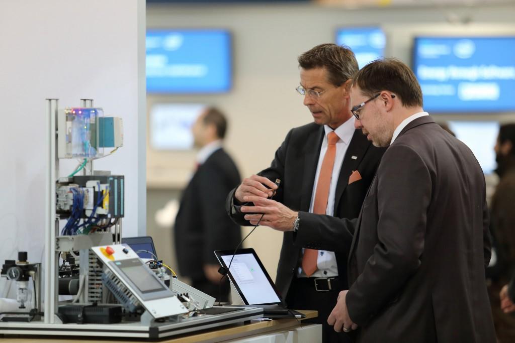 Messegespräche: Christian Schaaf (l.), Cloud Vertrieb der QSC AG, demonstriert die Q-loud IoT-Lösung. Foto: Dennis Knake/QSC AG