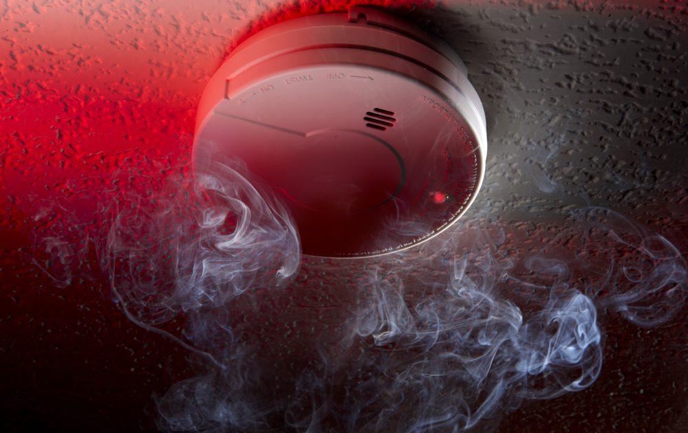 IT-Sicherheit: Rauchmelder an der Decke mit Qualm