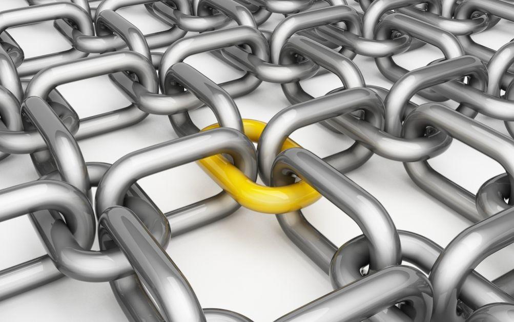 Mehrdimensionale Kettenstruktur mit hervorgehobenem Kettenglied, das die gesamte Struktur zusammenhält.