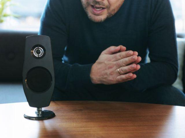 Alexa & Co. – Sprachsteuerung kommt in die Unternehmen. Foto: © iStock.com / mikkelwilliam