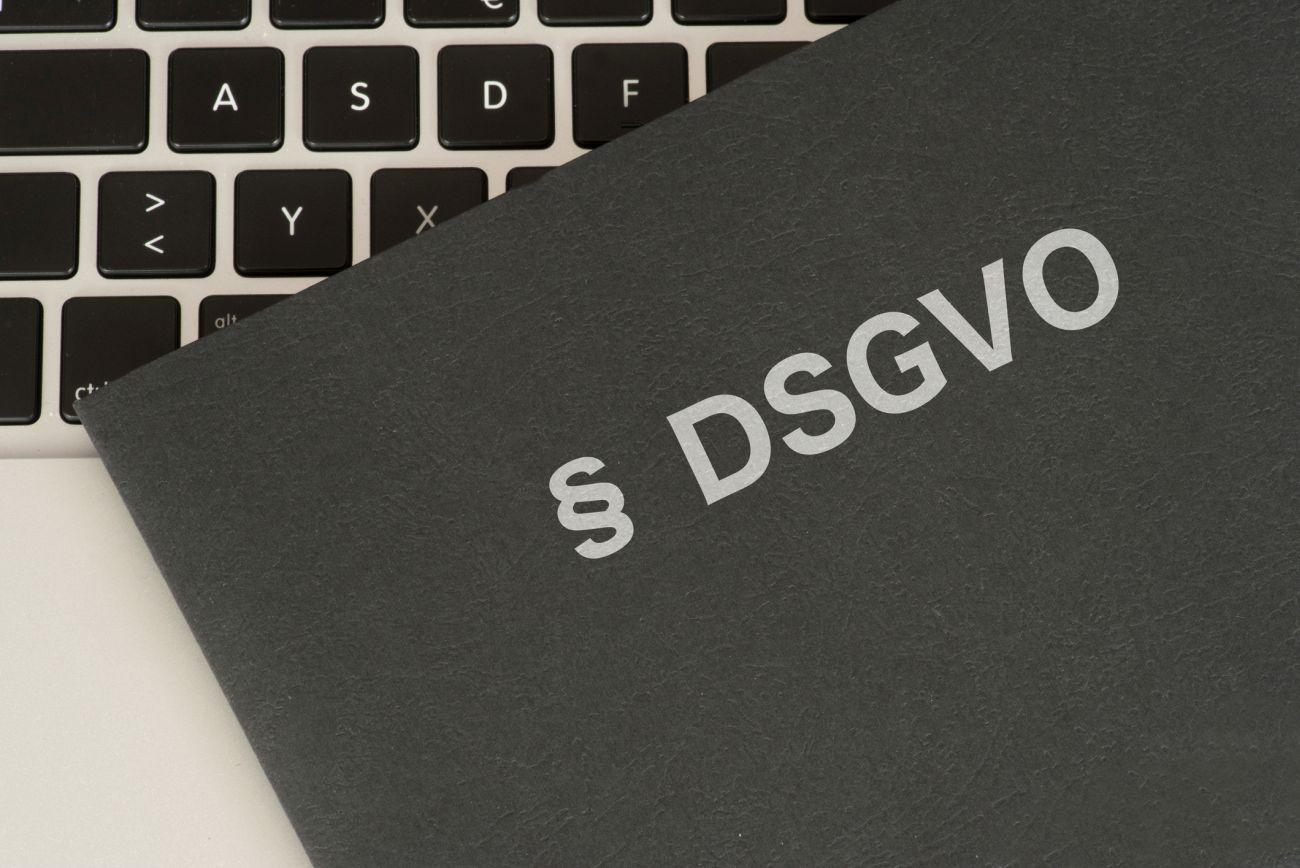 Ein Dokumentenmappe, Computer und Datenschutz Grundverordnung DSGVO. @ istock.com / Stadtratte