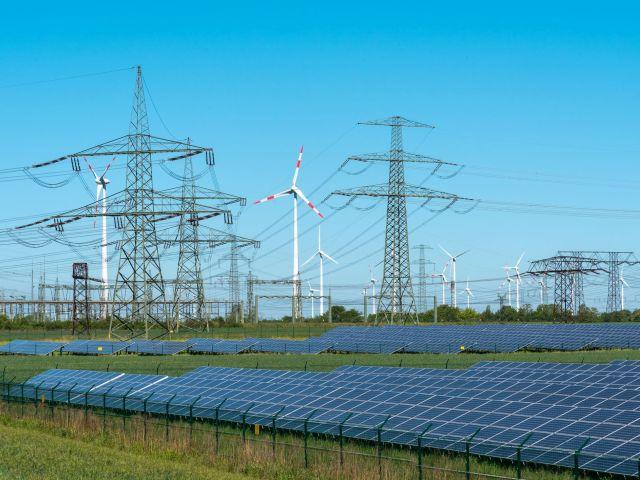 Erneuerbare Energieerzeugung und Übertragungsleitungen. Foto: © istock.com / elxeneize.