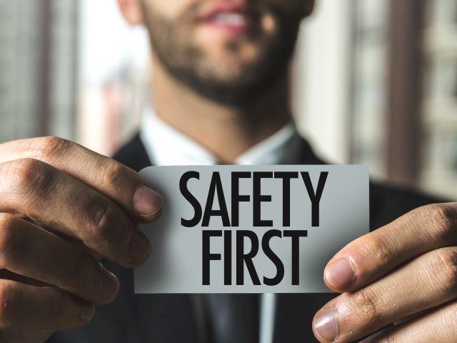 Telefonische Erreichbarkeit ist wichtig: Im IP-Netz sollten Telefonate vorrangig transportiert werden. So wird auch die ITK-Safety sichergestellt. Foto: © iStock.com/Ildo Frazao.