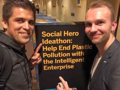 Norman Merten (li.) und Lukas Aliger freuen sich darüber, dass sie einen Ideathon während der TechEd von SAP 2018 gewonnen haben. Foto: © QSC AG.