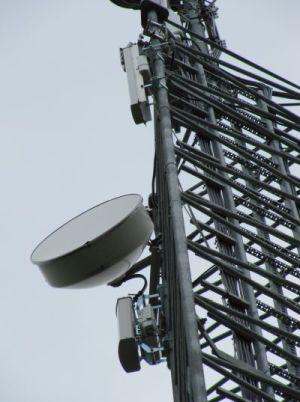 Richtfunkeinheit an einem Funkmast: Richtfunk eignet sich für Medienredundanz. Foto: © QSC AG.
