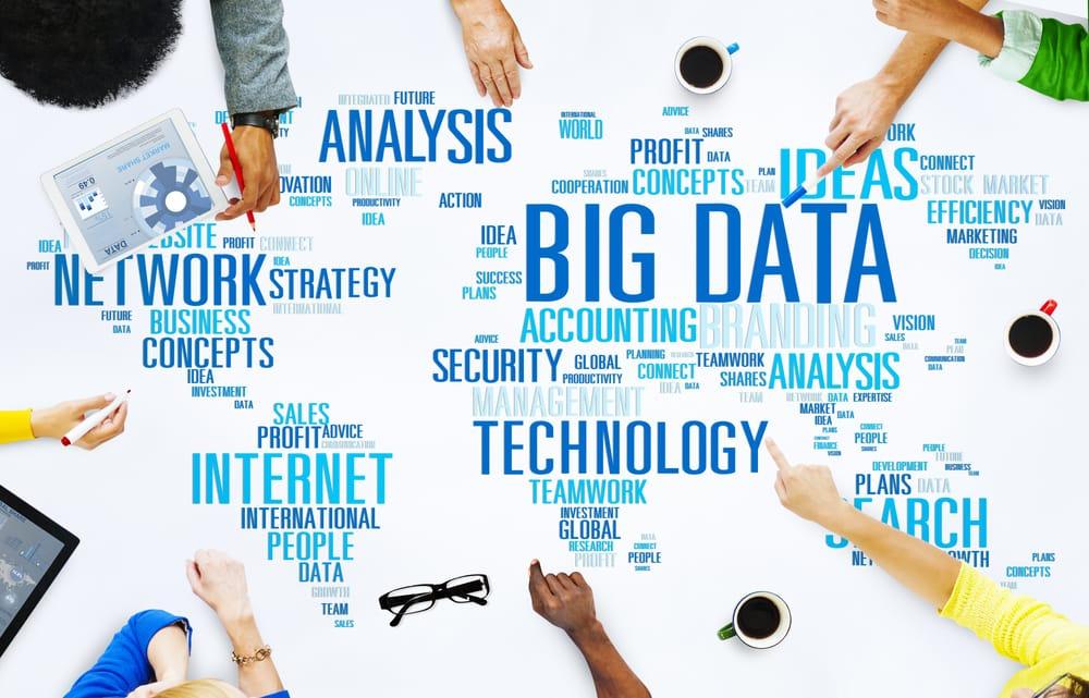 Hände mit Schlüsselbegriffen rund um Big Data