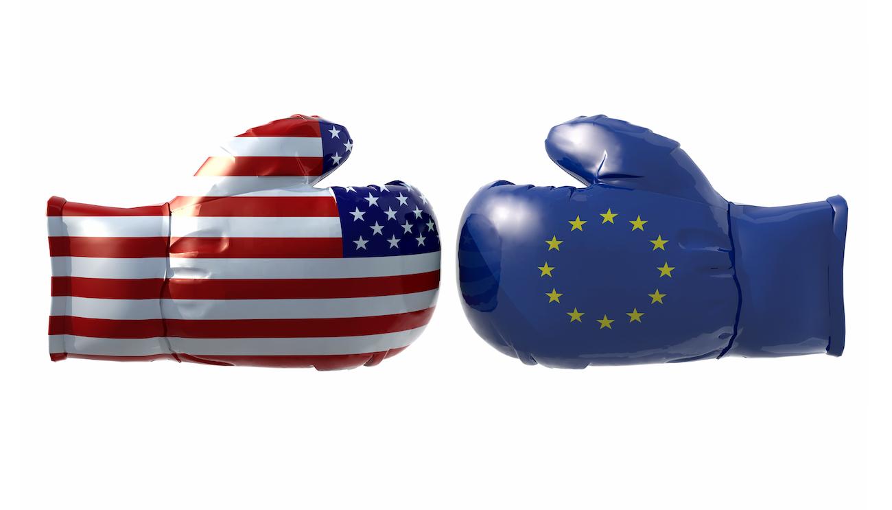 Zwei Boxhandschuhe, einer illustriert mit der Flagge der USA, der andere mit der Europaflagge