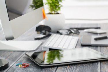 Arbeitsplatz mit einem PC und einem Tablet.