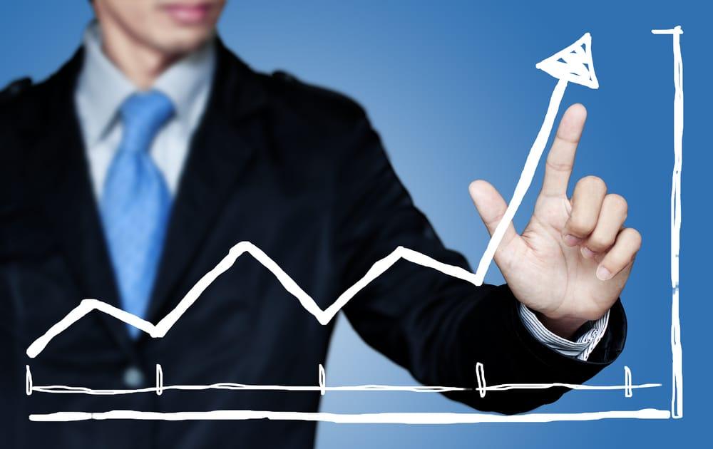 Ein Geschäftsmann tippt mit dem Finger auf eine Statistik, die ihm den Weg zum Erfolg weist.