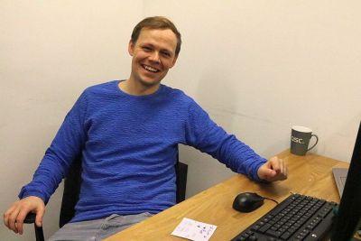 Alexander Becker, SAP-Spezialist der QSC AG in seinem Berliner Büro im Mindspace Coworking, Berlin, Krausenstraße 9-10. Foto: © Daniela Eckstein / QSC AG.