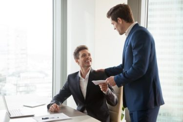 Boss giving money premium to happy employee. Bild: © istock.com / fizkes