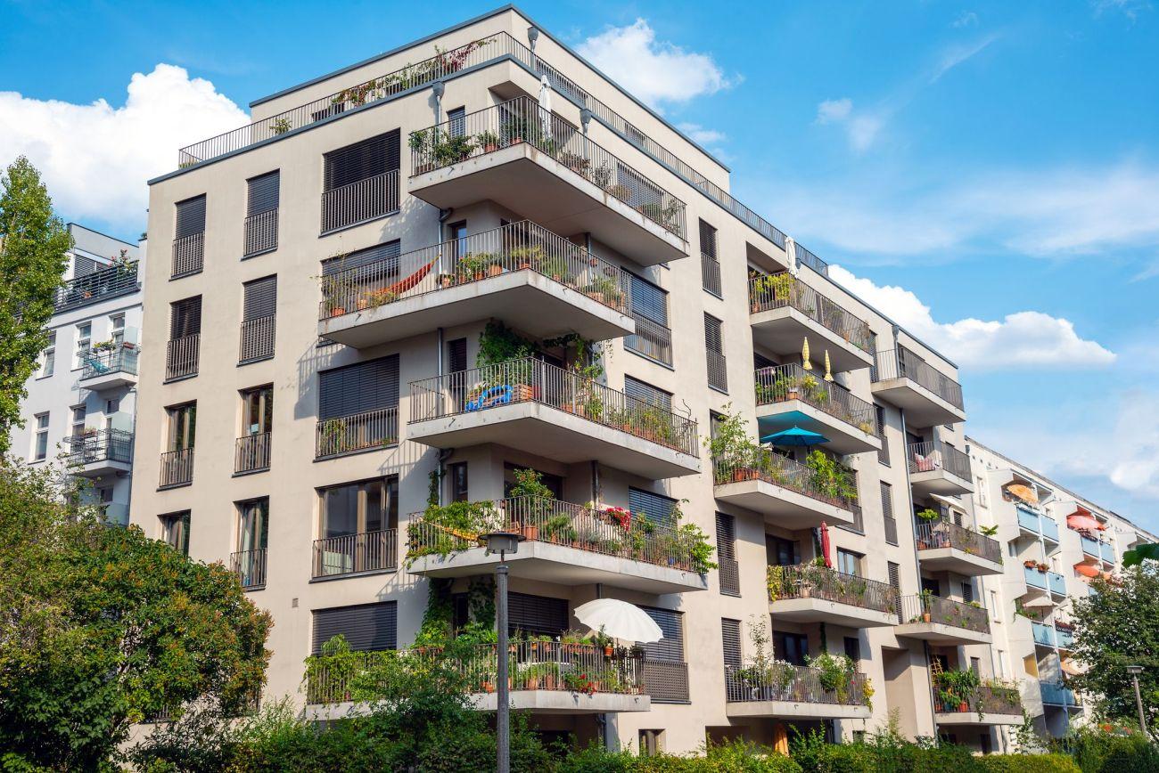Gray modern multi-family house with balconies seen in Berlin, Germany. Bild: © istock.com / elxeneize