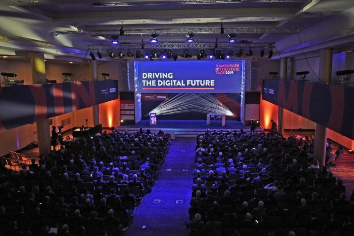 Hunderte Gäste blicken auf die Hauptbühne der IT-Strategietage 2019 in Hamburg.