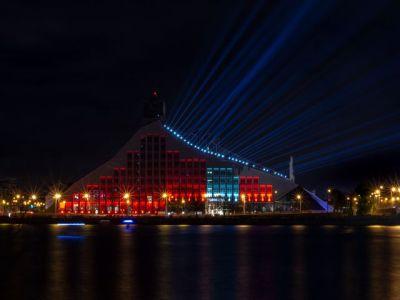 100 Jahre Unabhängigkeit: Festliche Beleuchtung der Bibliothek von Riga. Foto: © Thimo L. Limpert.